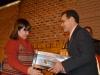 Mónica Blanco, Regente de la EPET N° 2, hace entrega de una Bandera de Ceremonias manufacturada en esa institución